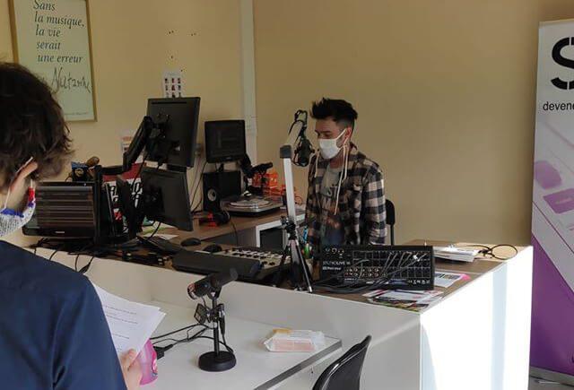 En studio avec des masques